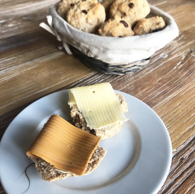 Grove scones med gresk yoghurt og rosiner, den perfekte turmaten.
