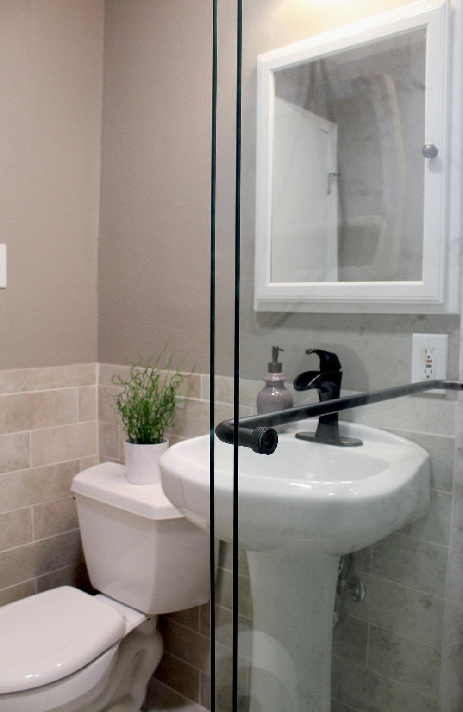 Bonito-sink-toilet-glass.jpg