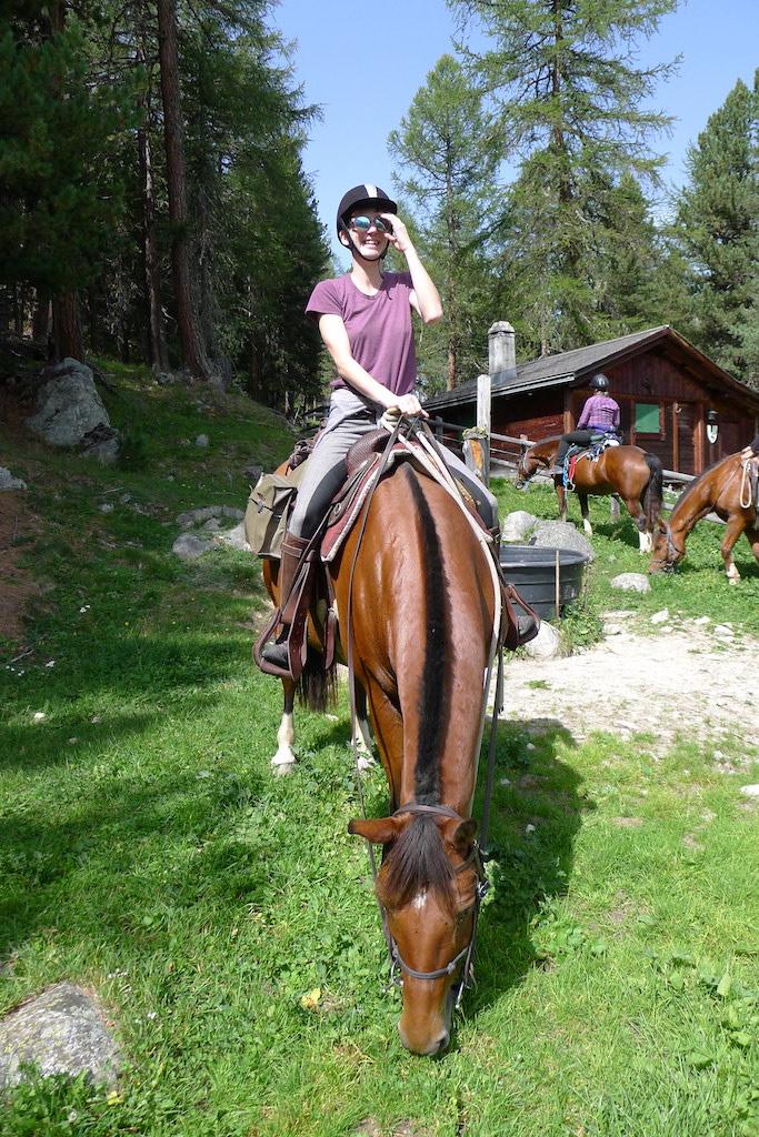 Deine Auszeit beginnt hier... - Gönn dir ein paar erholsame Tage in den Bergen, entdecke die Hochebene vom Pferd aus und lass dich von der Magie des Oberengadins verzaubern.Die Gegend ist aber nicht nur ein Paradies für Pferdefans. Die wunderschöne Bergwelt lädt auch zum Wandern, Biken, Langlaufen und Wellnessen ein –und all das gleich vor deiner Haustüre!