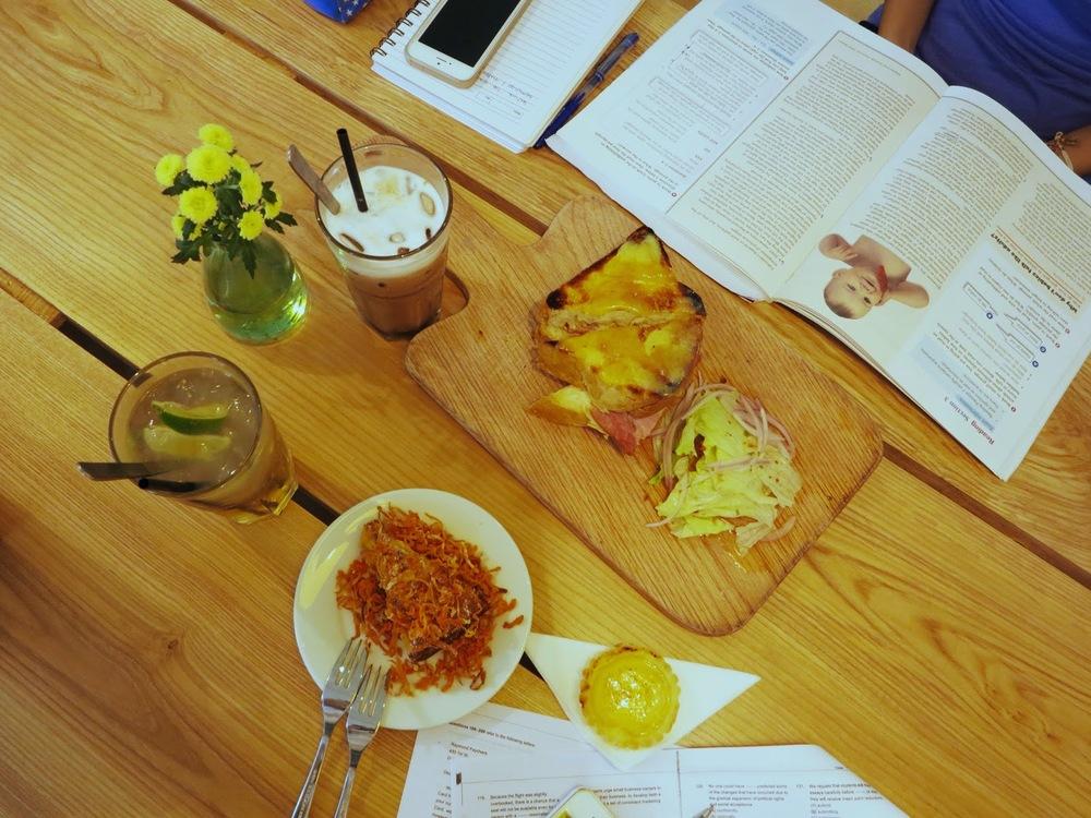 (trên) Bánh mì kẹp thịt hun khói và pho mát; (dưới): Bánh cà rốt và Bánh trứng