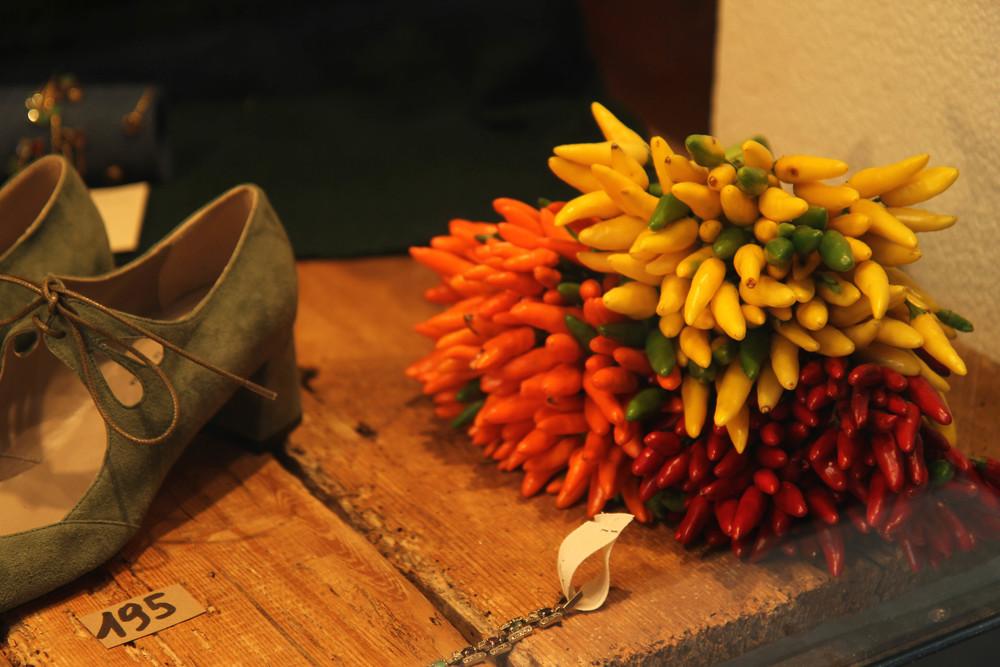 Ở đây, người ta bó ớt thành các chùm hoa đủ sắc màu.