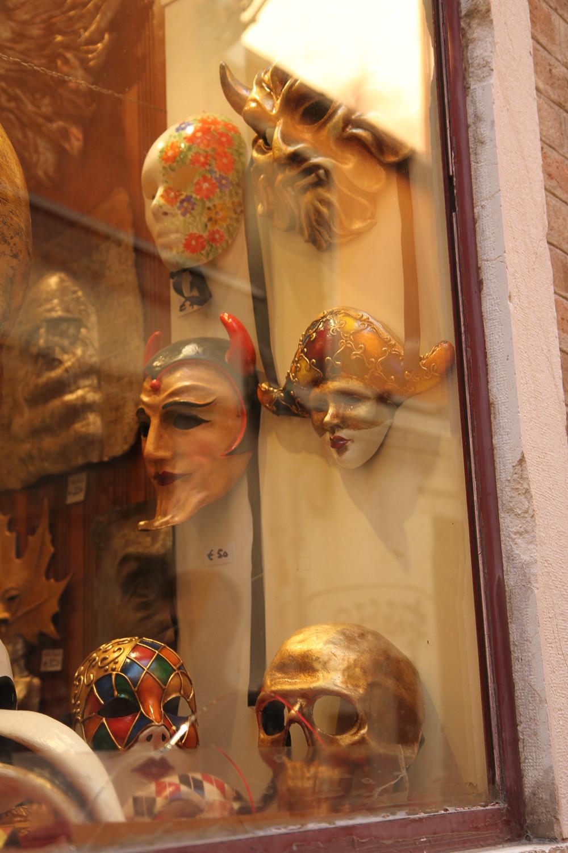 Venice có rất nhiều cửa hàng bán mặt nạ cầu kì.