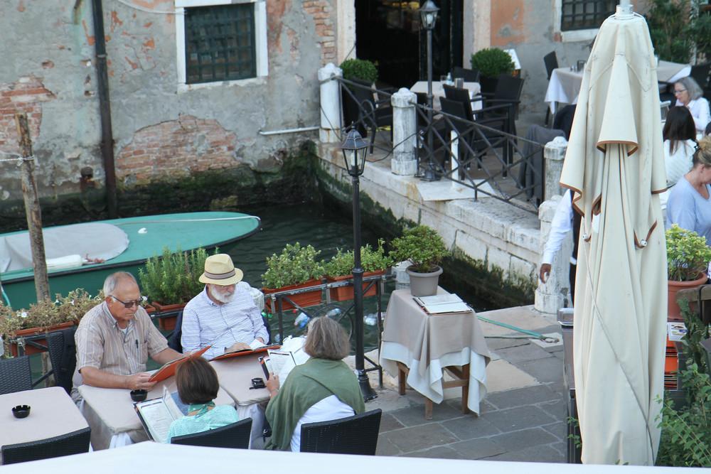 Nhịp điệu cuộc sống ở Venice không quá nhanh, nên bạn dễ dàng nhìn thấy mọi người ngồi bên cạnh dòng kênh thưởng thức một cốc cafe nóng và nói chuyện với bạn bè. Một điều mình rất thích ở cafe nước ngoài đó là không nhiều nơi có wifi, tạo cơ hội cho mọi người thực sự kết nối với nhau.