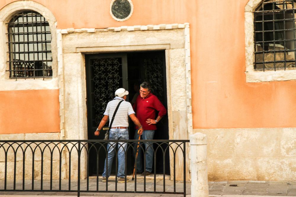 Hai ông bạn trò chuyện trước cửa nhà