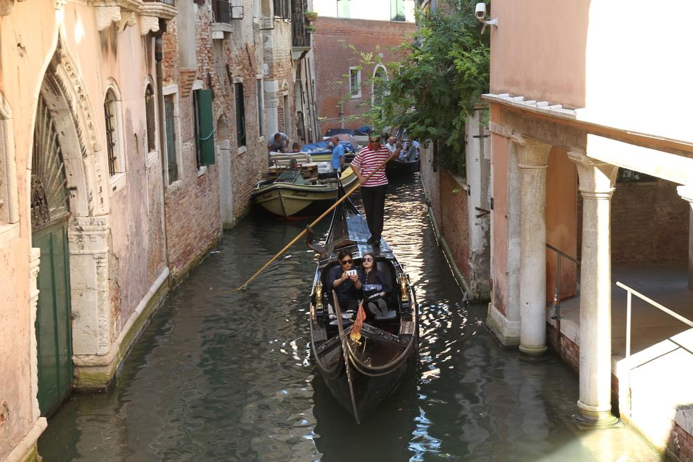 Khách du lịch đi thuyền trên sông. Một thuyền như thế này có giá 80 euro một lượt di