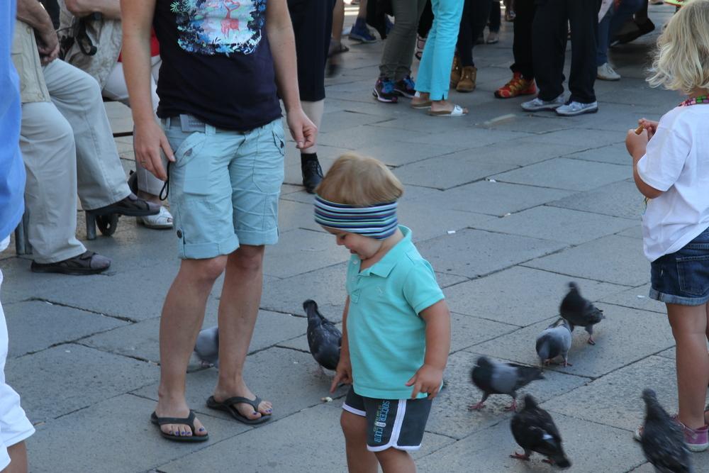 Em bé chơi đùa ở quảng trường St.Mark's