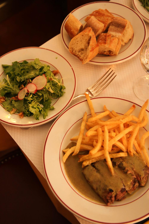 Thịt bò với sốt đặc trưng của quán, ăn kèm với salad, bánh mì và khoai tây rán