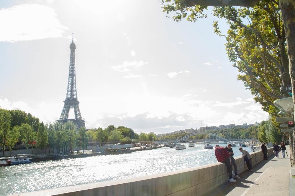 Tháp Eiffel bên cạnh bờ sông Seine