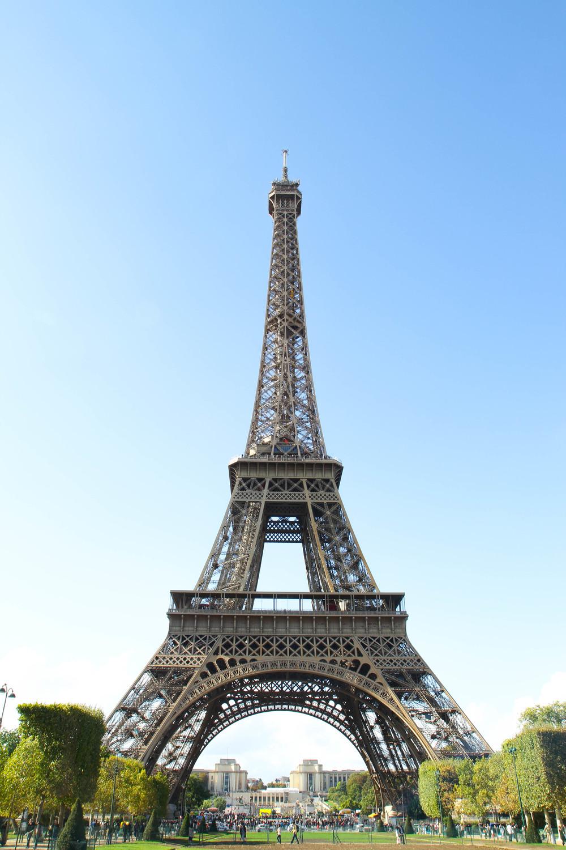 Tháp Eiffel nhìn từ khu vườn ngay đằng sau tháp