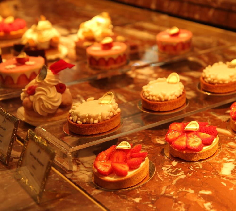 Quầy trưng bày bánh ngọt ở Laduréee