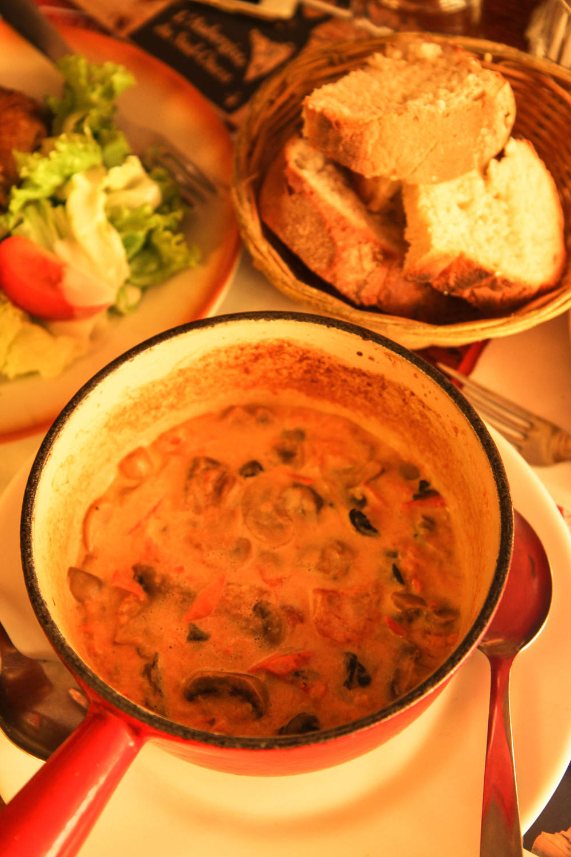 Ốc sên với sốt kem cà chua và nấm
