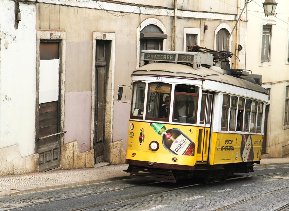 Tàu điện kiểu cũ ở Lisbon chạy trên đường dốc