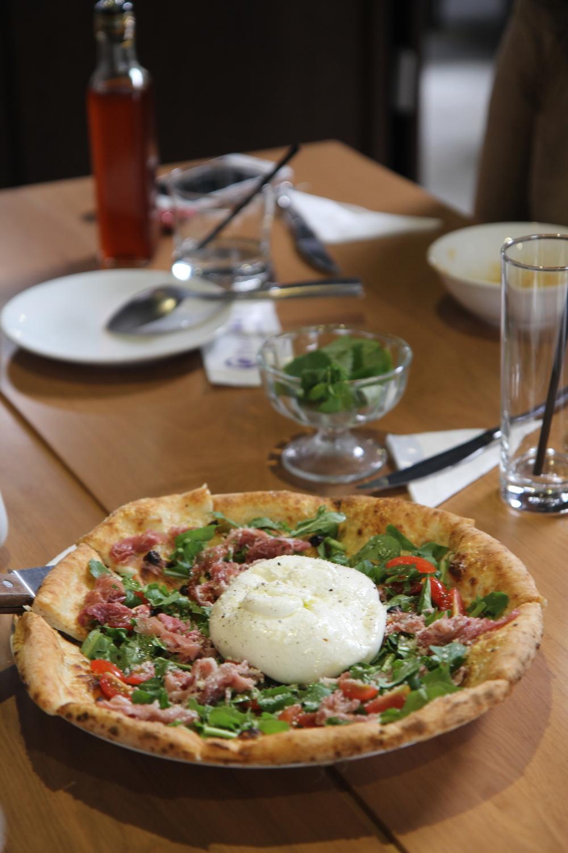 Pizza với thịt lợn muối (Prosciutto) và phomai tươi (burrata)