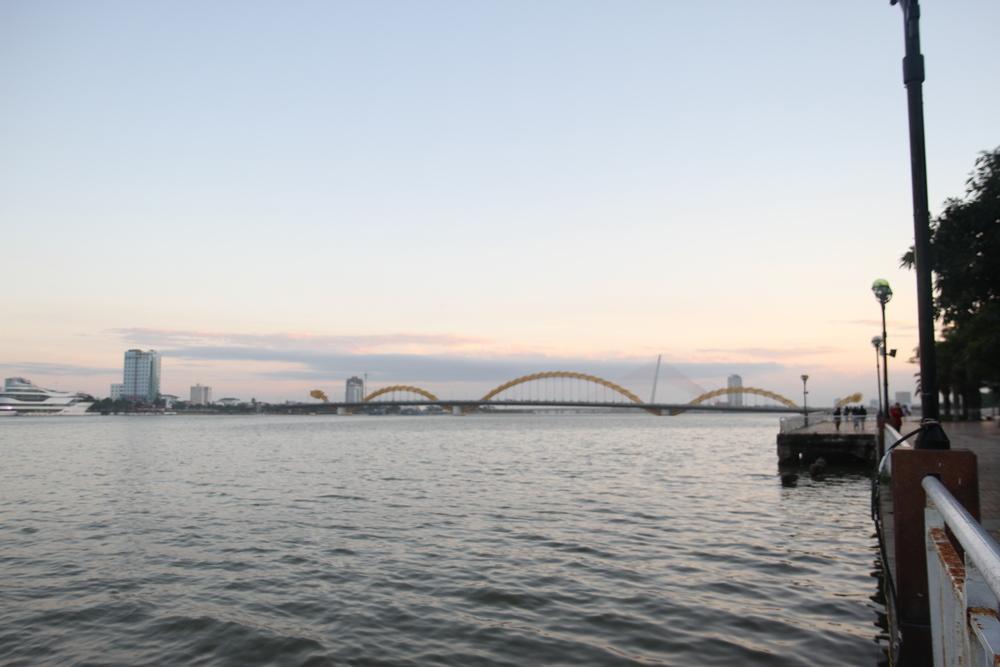 Cầu Rồng nhìn từ xa