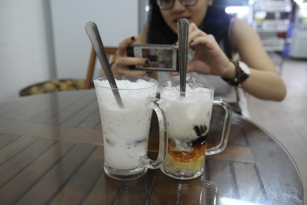 (Bên trái) Chè Thái sầu riêng, và (Bên phải) Chè xoa xoa hạt lựu (Chè sương sa hạt lựu)