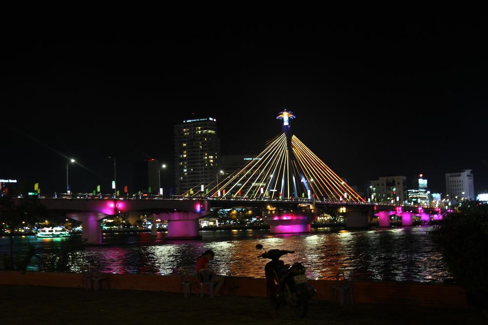 Cầu Sông Hàn nhìn từ xa