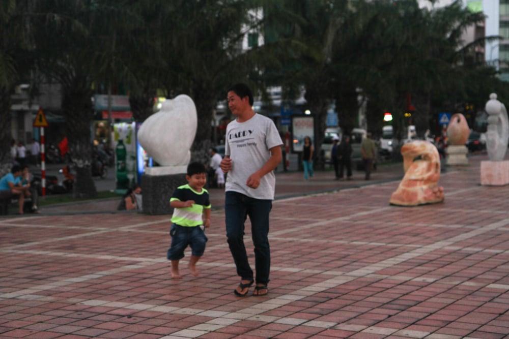 Hai bố con chơi đuổi bắt gần đường Bạch Đằng dọc sông Hàn