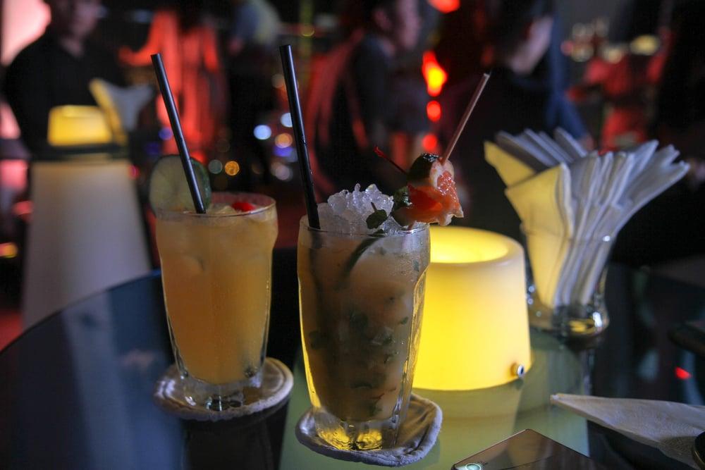 (Bên trái) Tropical Breeze - gồm Rum, chanh dây, siro gừng và xả, và sprite, và (Bên phải) Sky Mojito - gồm Rum, lê tươi, chanh dây, lá nếp, chanh tươi và bạc hà