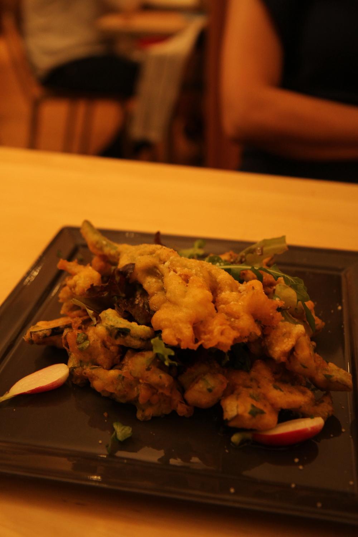 Bí ngồi (củ và hoa) cùng với cà tím rán tẩm bột, ăn với củ cải đỏ