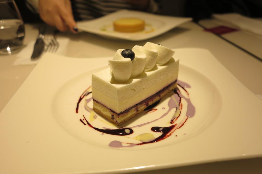 Unbaked blueberry cheesecake (bánh phomai quả việt quất không nướng, khác với bánh phomai nướng thông thường dùng trứng)