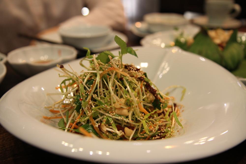 """Salad rau mầm với """"thịt bò khô"""" làm bằng cà rốt sấy"""