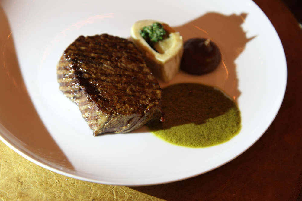 Thịt bò nướng (tuy nhiên mình không nhớ em mình gọi loại gì, nhưng mình đoán là tenderloin - thăn nội vì miếng thịt không có mỡ), ăn kèm với tuỷ bò