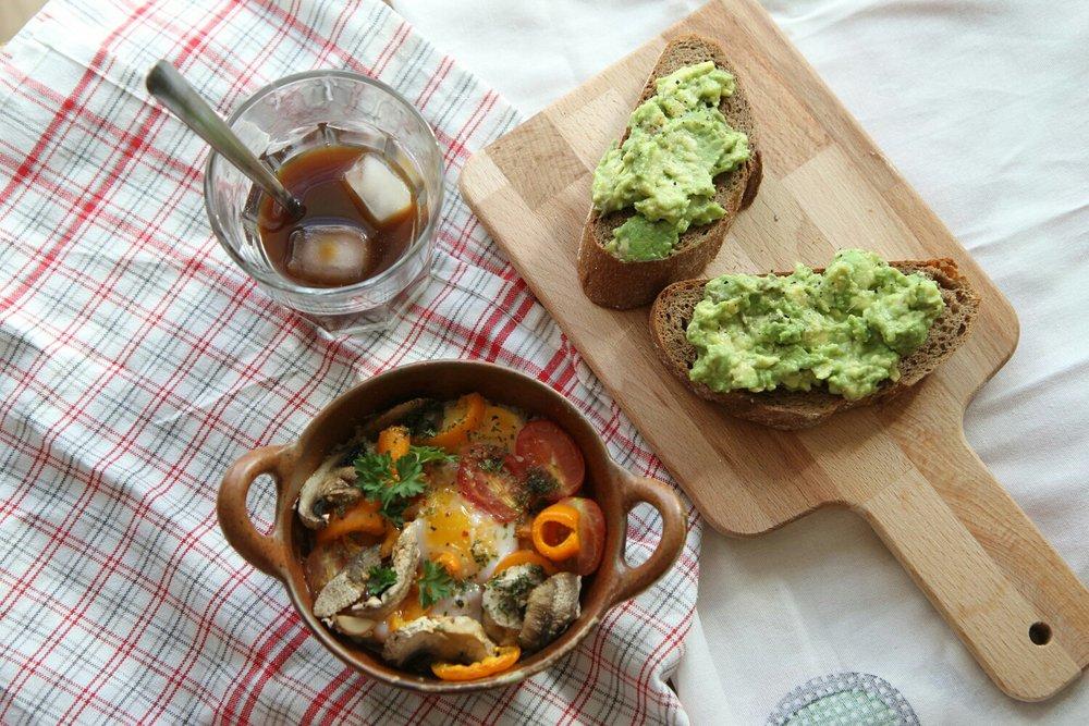 Trứng nướng và bánh mì ăn với bơ nghiền