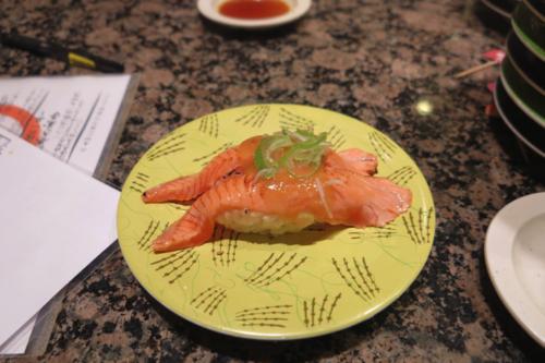 Sushi cá hồi ở Hanamaru SuShi