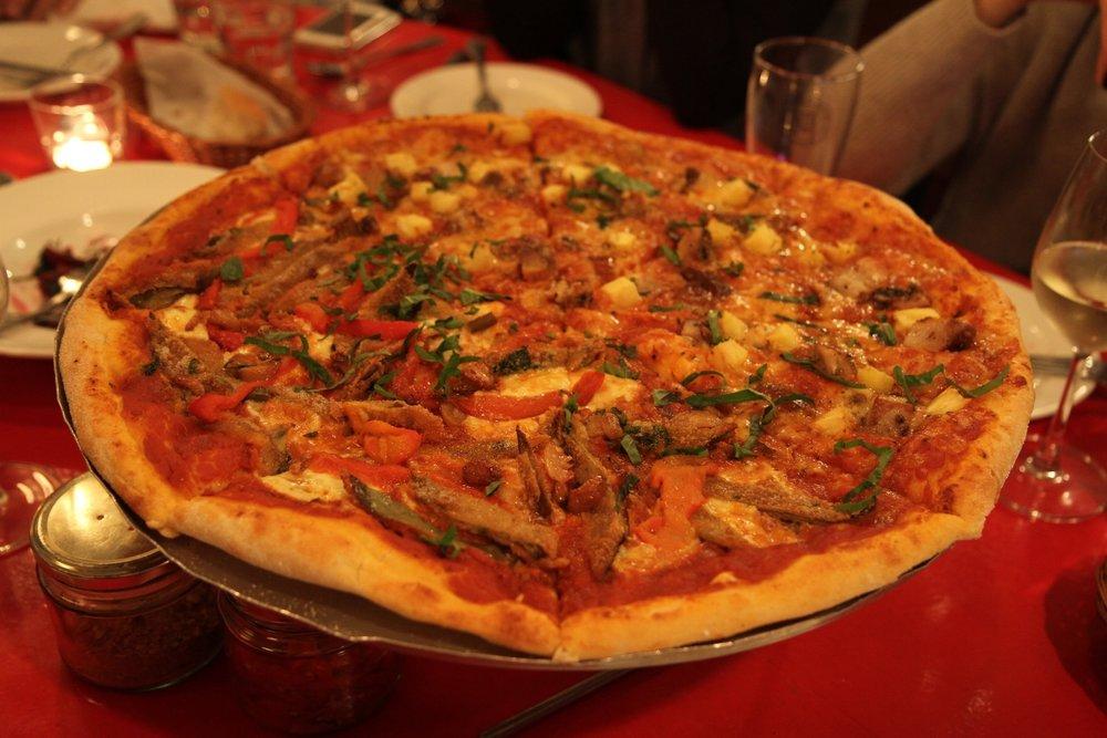 Pizza: Brooklyn Special (phomai mozzarella tươi, cà tìm nướng, tỏi và ớt chuông nướng và lá húng quế tây) và Tropic Thunder (cà chua, phomai mazzarella, thịt lợn nướng và dứa)  Pizza:Brooklyn Special ( Fresh mozzarella, fried eggplant, roasted garlic & peppers, basil ) and Tropic Thunder ( Tomato, mozzarella, porchetta, caramelized pineapple )