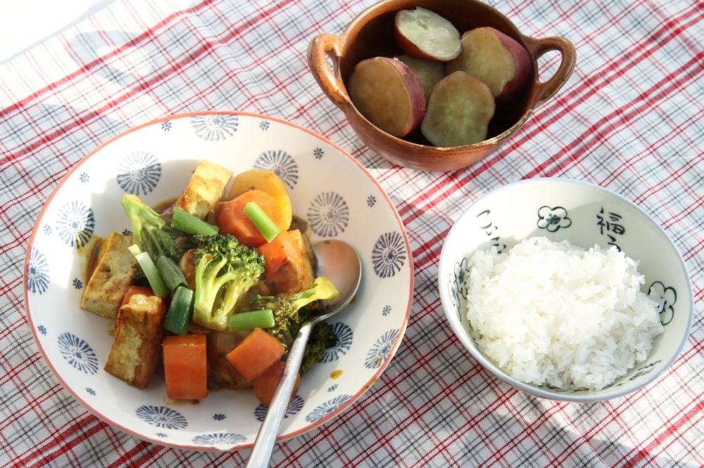 Cà ri chay và Khoai lang luộc