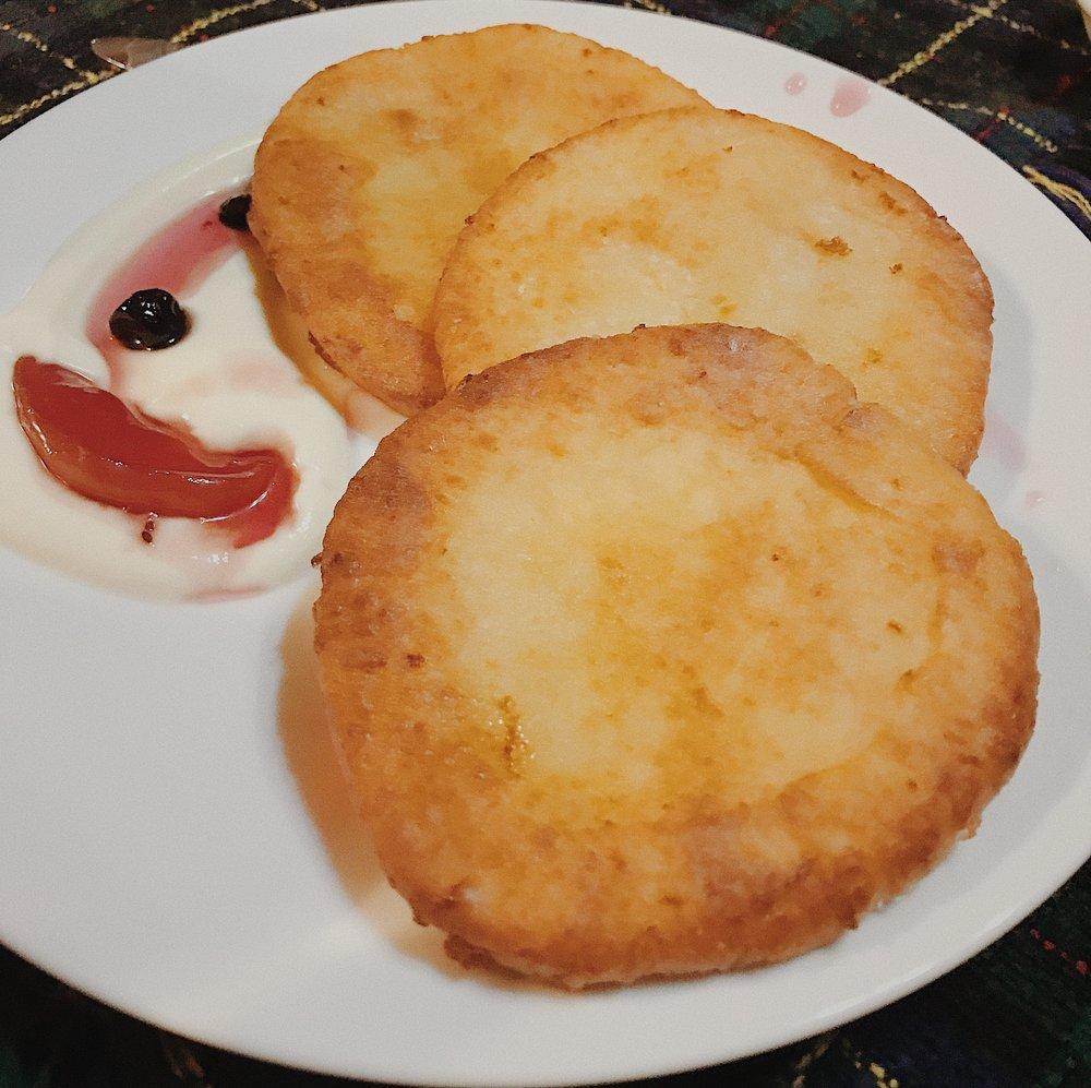 Bánh Sriniki - món tráng miệng làm từ phomai tươi trộn với bột và trứng gà. Ăn kèm với váng sữa và hoa quả