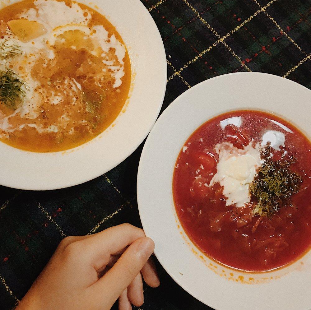 (Trái) Súp Solyanka, có vị chua chua thanh thanh mình rất thích. (Phải) Súp Borscht là súp củ cải đỏ, nhưng mình thấy mẹ mình làm ngon hơn
