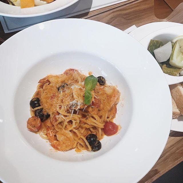 #phoholicinhanoi 🇻🇳 (English below) Thường bao lần đến @artiseevn mình toàn gọi bánh ngọt và nước chứ chưa bao giờ thử món chính. Hôm nay mình và bạn đến thử 2 món là Mango Ricotta Salad (Salad ricotta xoài) và Prawn Rosé Pasta 🍝 (theo mình hiểu là mì Ý tôm dùng thêm rượu rosé, chả biết có phải không). 🥗Salad của bạn mình thì siêu nhiều phomai ricotta, ăn với sốt dầu giấm, mình không ăn thử nên không biết. Món mì Ý của mình thì mình thấy rất ngon, bên cạnh là dưa muối và bánh mì. Mì Ý sợi mình thấy ngon, sốt cà chua với 1 chút kem cũng ngon nữa, ăn kèm với tôm mình đoán là đông lạnh nhưng mình thích tôm đông lạnh nên càng thấy món này ngon ơi là ngon ✌️✌️🔥. . Do mình ăn set lunch bắt đầu từ 11:00 đến 14:00 nên mỗi suất ăn chính rẻ hơn bình thường, khoảng hơn 100k. Suất này có kèm theo americano, trà túi lọc hoặc nước suối nữa. Quán có món bánh dâu tây hình tam giác cũng ngon nữa, ăn mát mà vẫn ngầy ngậy, phù hợp với hè này 🍓🍓. . . Hôm nay mình và bạn mình quyết định không dùng ống hút, thực ra mình giờ cố giảm dùng ống hút càng nhiều càng tốt vì mình thấy vừa hại môi trường mà uống không cần ống hút cũng không sao. Còn bạn, bạn còn dùng ống hút không? . 📍: 21 Nhà Thờ, quận Hoàn Kiếm, Hà Nội // 🕰: 7:00 - 23:00 //💰: nếu ăn set lunch thì khoảng 150k/người, bánh ở đây trung bình khoảng 100k/cái. . . #phoholic #phoholicfavorites #hanoifoodie #artiseenhatho #hanoifood #foodyhanoi #lozihanoi #foodporn #foodpic