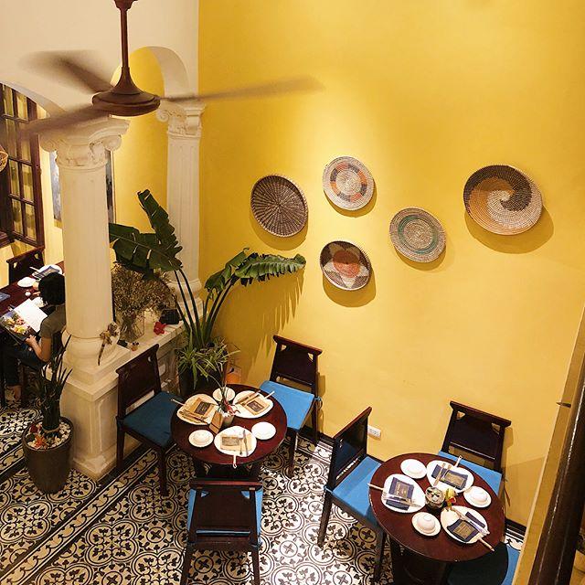 #phoholicinhanoi 🇻🇳 Hôm trước mình có được đến ăn Nhà hàng chay V's HOME với kiểu kiến trúc rất đẹp và ấm cúng ở phố Đường Thành. Đồ ăn là đồ chay, không quá đa dạng như ở Ưu Đàm Chay nhưng có nhiều món là lạ như Bánh bao nấm và Đậu phụ cuốn lá nếp. Đồ ăn thì mình thấy cũng được, không phải quá xuất sắc nhưng không gian rất đẹp và ý nghĩa của nhà hàng thì vô cùng đáng trân trọng. . ❤️ Chị chủ nhà hàng thuê nhiều chị khiếm thính và khiếm thanh làm nhân viên phục vụ. Ngoài ra, lãi của nhà hàng sẽ được quyên góp vào quỹ từ thiện. Chị quản lý không nhớ là quỹ từ thiện sẽ dùng để xây trường miền núi ở đâu, nhưng mình nghĩ đây là một ý tượng rất được trân trọng. Ngoài ra thì ở đây có chè ngon nè, cốt dừa hơi lốm đốm thôi nhưng vị và thạch rất ngon, nhắc tới lại thèm 💓💓💓. . . 📍: Tầng 2, số 40 Đường Thành, quận Hoàn Kiếm, Hà Nội // 🕰: 8:00 - 20:00 // 💰: khoảng 250k/người (gồm nước và tráng miệng) . #phoholic #hanoivegetarian #hanoifoodie #phoholichanoifavorites #hanoifood #vegetarianfood #foodyhanoi #lozihanoi