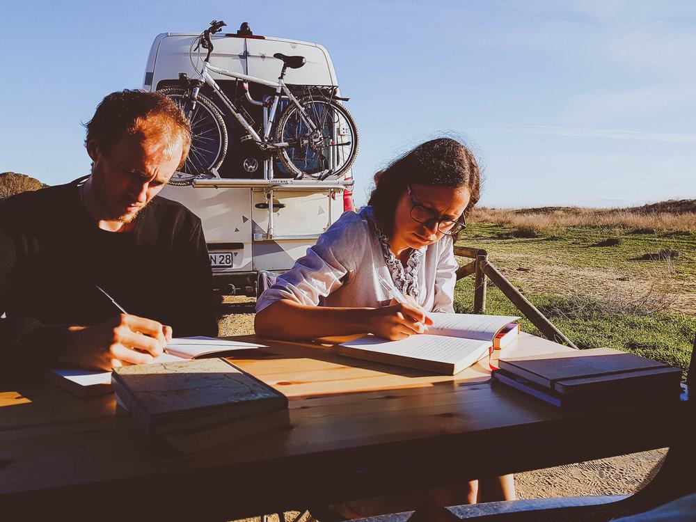 Päevikut pidamas Tarifa rannas.