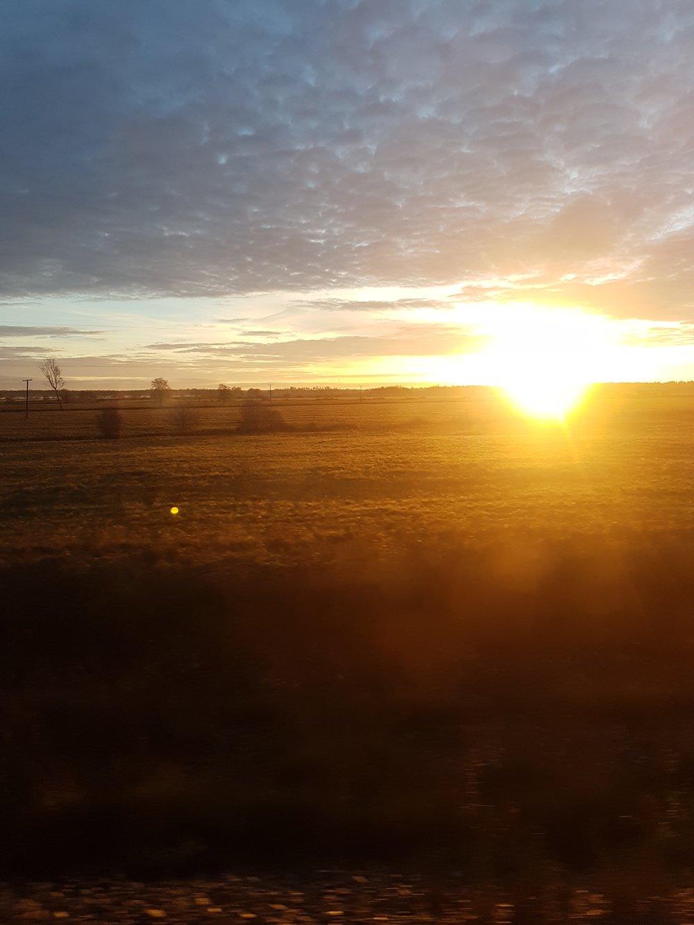 Päikesetõus Türi-Tallinn rongiaknast.