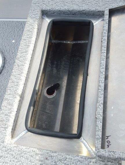 livewell i kastdäcket, med pump för att fylla/cirkulera vatten