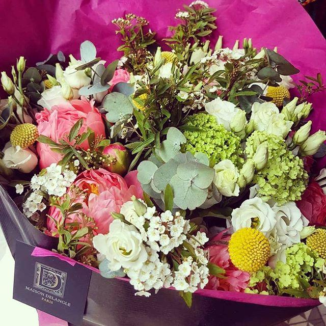 """Ce magnifique bouquet de chez @fleurdelangle sera offert à notre première acheteuse """"nocturne"""" 💐 Chez @blissstudioparis jusqu'à 22h avec du rosé @lesillettres , de la musique avec @sam_hsr et les marques du pop-up @asamayaparis, @jerraflore, @luie.fr, @pierresetananas & @sorato.fr 🎶🥂💛 #luie #essentials #details #fabric #lace"""