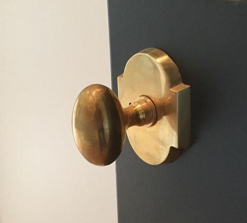 Sometimesd you just cant go wrong with vintage. This one has a particularly interesting plate. Unvarnished brass doorknob from Brandino Brass. feels so good in the hand.