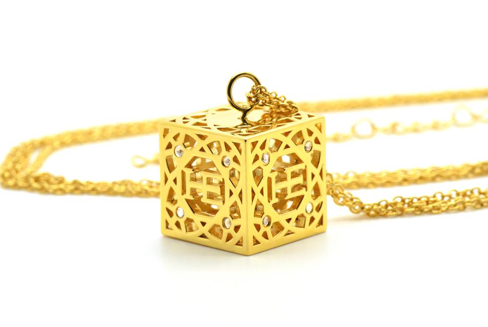 HE Cube Halsband - Guld pläterad 18K guld pläterad kub med 16 vita Safirer. Roterande kub. Dubbla kedjor med förlängning.