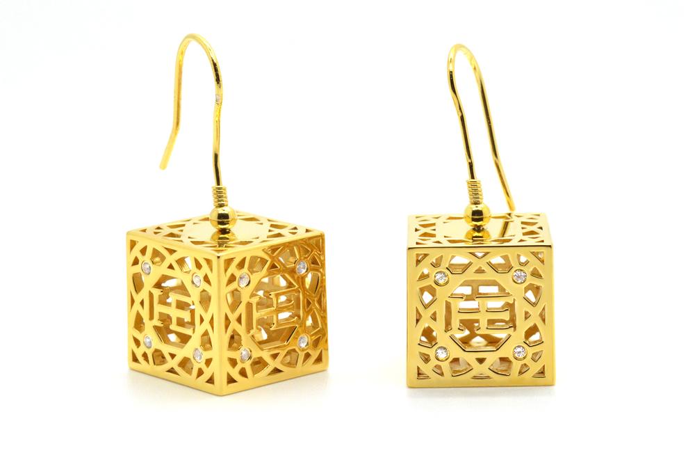 HE Cube Örhänge - Guld pläterad 18K guld pläterade kuber med 16 vita Safirer vardera. Roterande kub.