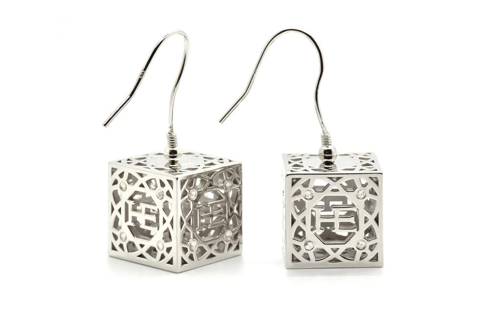 HE Cube Örhänge - Silver Silver kuber med 16 vita Safirer vardera. Roterande kub.