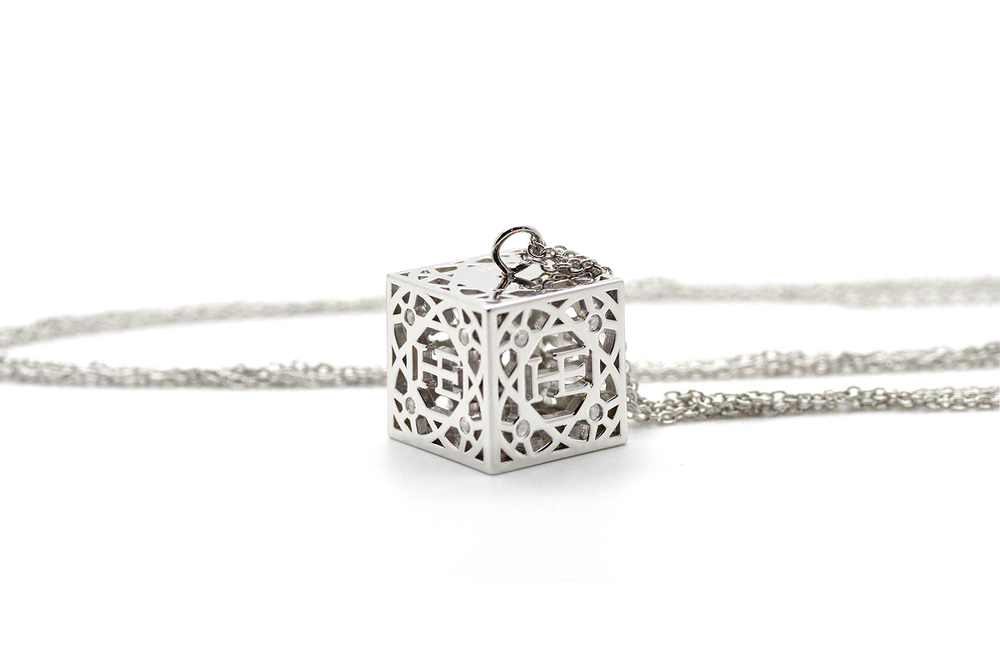 HE Cube Halsband - Silver Silver kub med 16 vita Safirer. Roterande kub. Dubbla kedjor med förlängning.