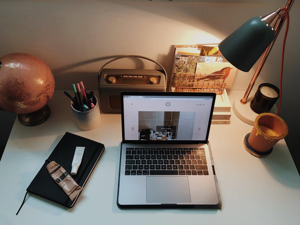 jasminehardingmakeup.com - inspirational desk space