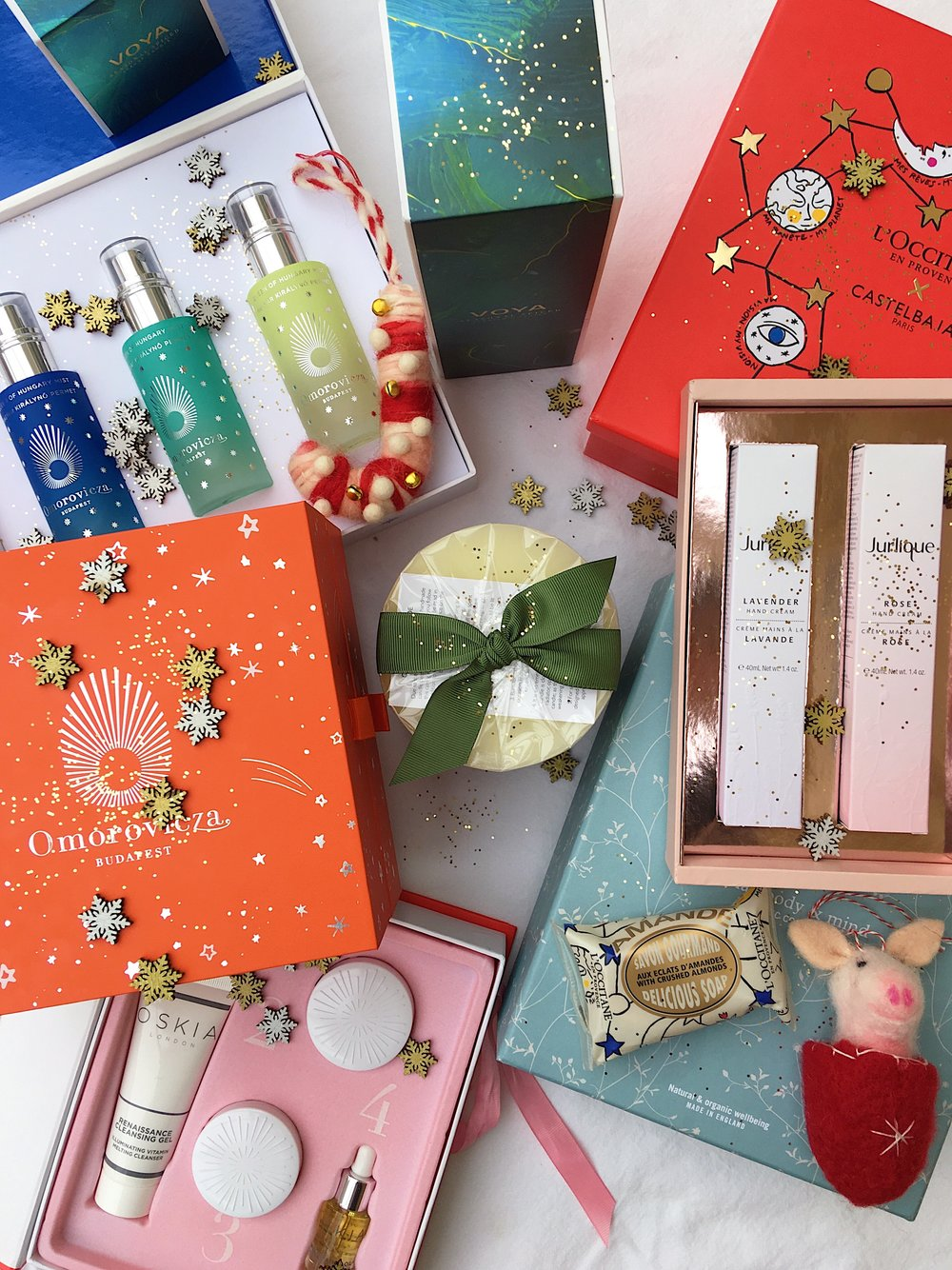 - To all the beauty lovers out there, this big beauty Christmas gift guide is for you. Featuring the most glorious skincare sets of all time from Oskia and Omorovicza to indulgent relaxation essential oil sets and aromatic foaming bath from Aromatherapy Associates and Neals Yard and if whom you're gifting is a candle obsessive then I've rounded up the top winter candles to gift this year to… Enjoy!