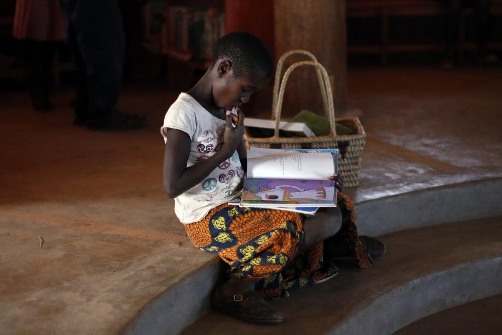 mumuni-o-girl-reading.jpg