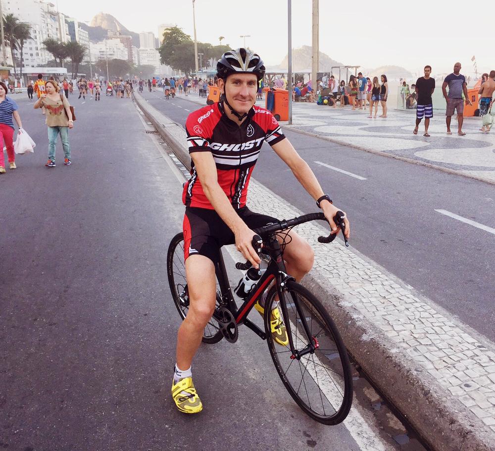 Einen Tag nach dem Wettkampfkann ich wieder lächeln –beim Radtraining auf der Copacabana
