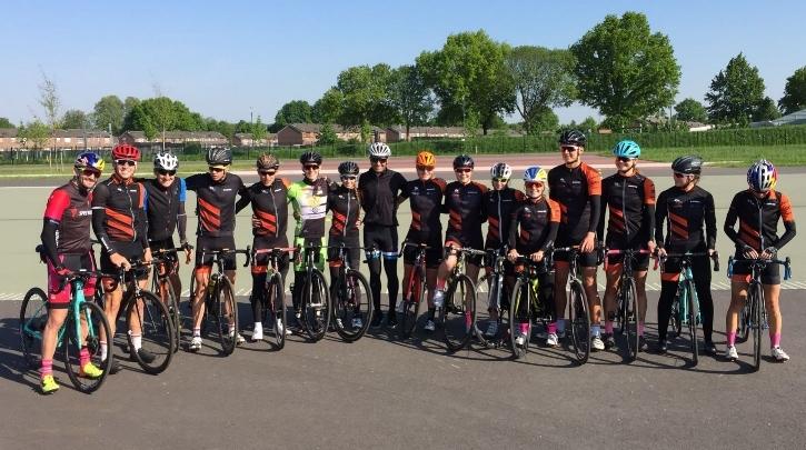 Ich genieße gerade die Zeit mit meinen niederländischen Trainern Louis Delahaye und Jordi Meulenberg. Da auch der Olympia 4te Richard Murray aktuell bei meinen holländischen Trainern trainiert, befinde ich mich gerade im Trainingslager in den Niederlanden. Ein hervorragendes Training auf Top-Niveau, welches ich zusammen mit dem National-WM-Bronze-Team um Marco van der Steel sowie der Menno Kohlhaas absolviere. Auffrischung und neue Reize auf meinem orangen Speed-Bike gab es u.a. beim Training mit Oscar Saizcas (https://www.instagram.com/oscar_saiz_official). Watch the curves - unglaublich, wie schnell und wie tief wir ohne Berührung eine Kurve nehmen können 😊.