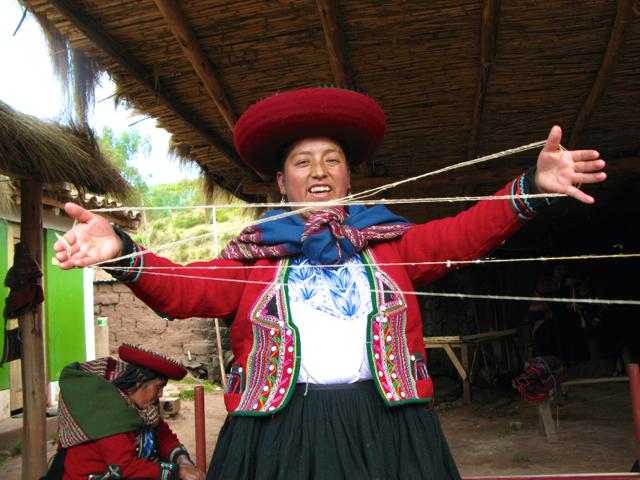Peru Sacred Valley Quechua woman crossing wool in Cuper Bajo weaving village IMG_7769 2.jpg