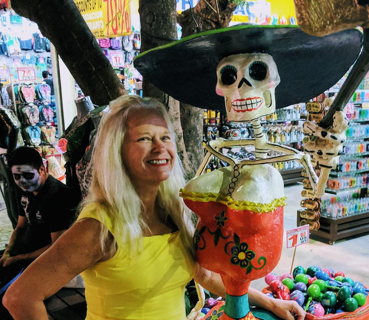 Every night the promenade of Playa del Carmen transforms into a party to raise the dead and worthy of a million selfie Instagram posts.